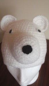 http://translate.google.es/translate?hl=es&sl=auto&tl=es&u=http%3A%2F%2Fwww.crochetaddictuk.com%2F2013%2F12%2Fpolar-bear-beanie-hat-1-yr-free-crochet.html