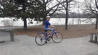 Cycliste, rivière des Prairies, printemps, Montréal, piste cyclable