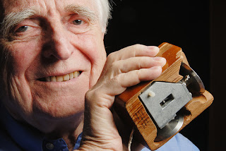 """Berawal dari sebuah obrolan kecil tentang bagaimana kemajuan teknologi berproses kali ini kami akan mengajak Anda berkelana dalam sejarah membahas berbagai macam teknologi dapat berkembang dari jaman ke jaman dan siapa saja tokoh dibaliknya.   1. Penenmu Mouse Komputer  ( Dlouglas Engelbar )    Orang paling berpengaruh dalam dunia teknologi dalam daftar pertama kita adalah Dr. Douglas C. Engelbart. Beliau adalah penemu teknologi tetikus alias mouse dan seorang pelopor di bidang interaksi antarmuka komputer yang mengembangkan konsep hiperteks. Bisa bayangin nggak kalau si Douglas nggak nemuin mouse? Yang pasti kendali komputer bakalan susah banget ya! Meskipun saat ini smartphone bisa kamu gunakan sebagai mouse komputer, tapi nggak aci ya kalo nggak punya mouse, apalagi jaman sekarang banyak banget mouse keren bin ajaib.  2. Penemu Wi Fi ( Norman Abramson )     Gimana hidup kalau nggak ada teknologi LAN nirkabel alias WiFi? Norman Abramson adalah orang paling berpengaruh dalam dunia teknologi LAN nirkabel. Beliau menciptakan ALOHAnet, jaringan area lokal nirkabel pertama yang dirancang dan dikembangkan di University of Hawaii. ALOHAnet adalah jaringan pertama yang berhasil mengirimkan data menggunakan sinyal radio. Saluran ALOHA khususnya telah terbukti menjadi teknologi tangguh, yang digunakan dalam setiap generasi mobile broadband, dari 1G ke 4G.   3. Penemu Komputer (Charless Babbage)    Yang sangat menonjol pada kemajuan teknologi saat ini adalah piranti computer, memang bukan menjadi penemuan pertama dalam dunia teknologi namun akan eksistensinya yang sampai sekarang semakin """"bening"""" saja kami CCTV Semarang posisikan penemuan Komputer diurutan pertama. Komputer pertama diciptakan oleh matematikawan bernama Charless Babbage asal Inggris. Mesin computer yang ia buat memang tidak selesai dan kini terpajang antik di MuseumSains London. Namun berkat rancangannyalah para ilmuwan dapat mengembangkan computer hingga terciptalah computer generasi pertama yang ukurannya h"""