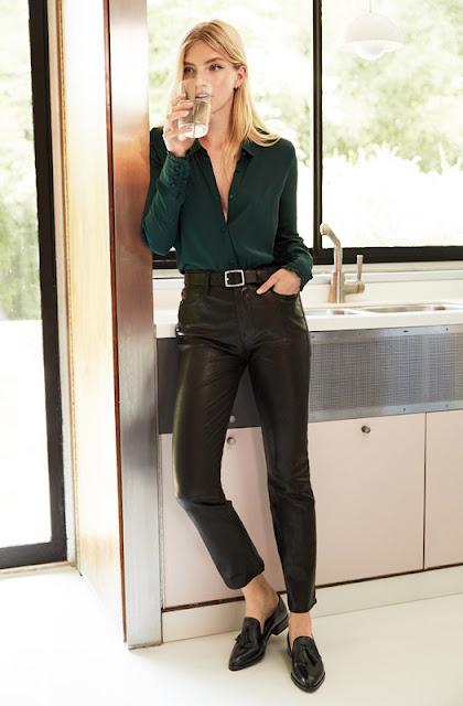 Кожаные брюки с зеленой изумрудной рубашкой