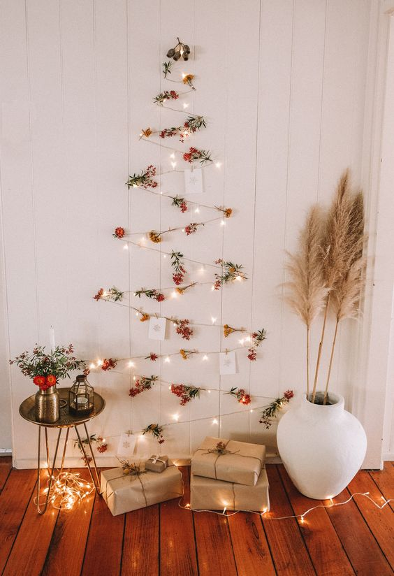 Χριστουγεννιάτικα ΔΕΝΤΡΑ στολισμένα στον ΤΟΙΧΟ