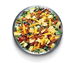 La preparación es la mejor parte de este proceso ya que las ensaladas van perfecto con el estilo de vida fitness, solo necesitas unos minutos en la cocina picando todos los ingredientes para luego echarlos en un bol, así de sencillo, aunque hay algunos pasos que no debe olvidar.