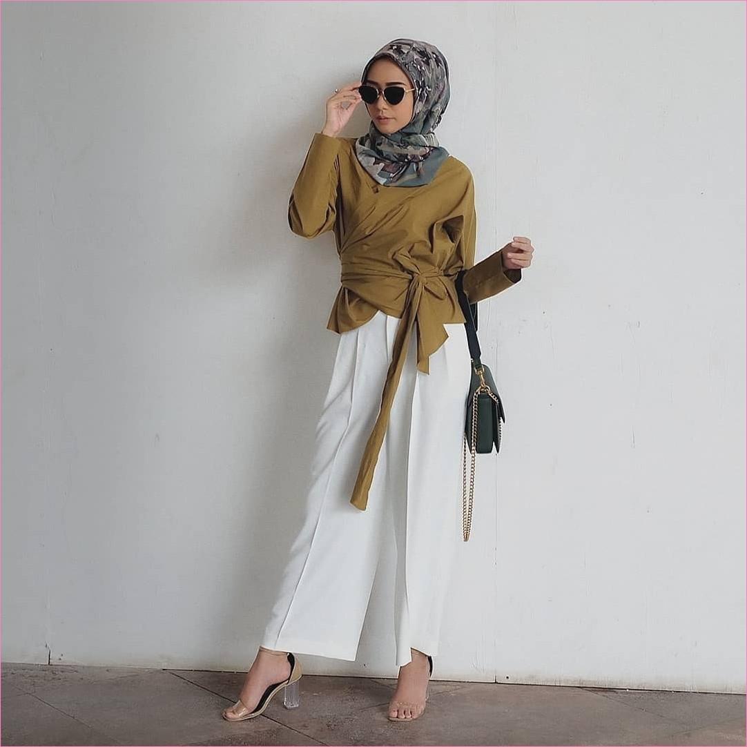 Outfit Baju Top  Blouse Untuk Hijabers Ala Selebgram 2018 blouse pita kuning pemda segiempat hijab square bermotif abu tua kacamata hitam slingbags pallazo celana cullotes putih polos wedges high heels krem ootd trendy