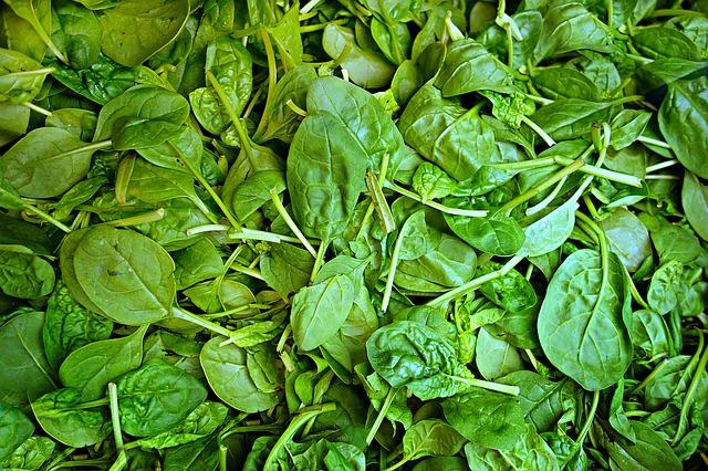 Puedes comprar las espinacas en lata, pero es mejor usar las naturales