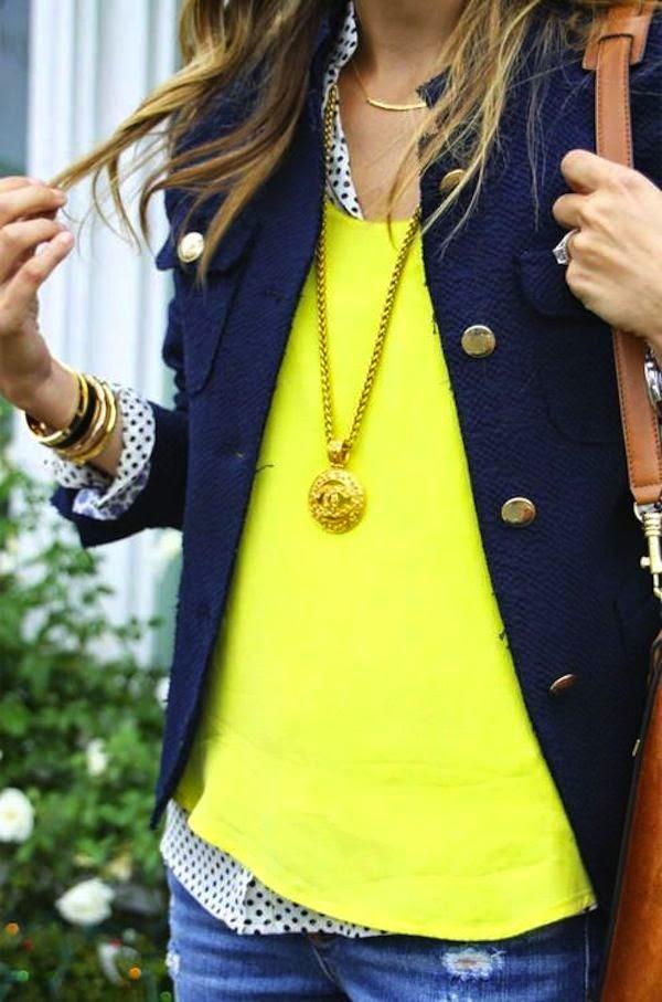 Camisa ploka dots, camisola amarela e blusão azul escuro