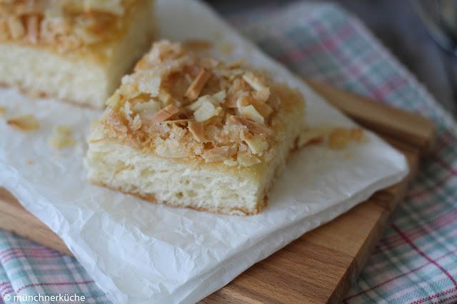Fluffiger Butterkuchen mit Zitronenbutter, Mandeln und Kokos.
