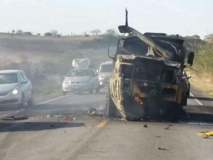 Grupo intercepta e explode  carro-forte na BR 116 entre os municípios de Tucano e Euclides da Cunha