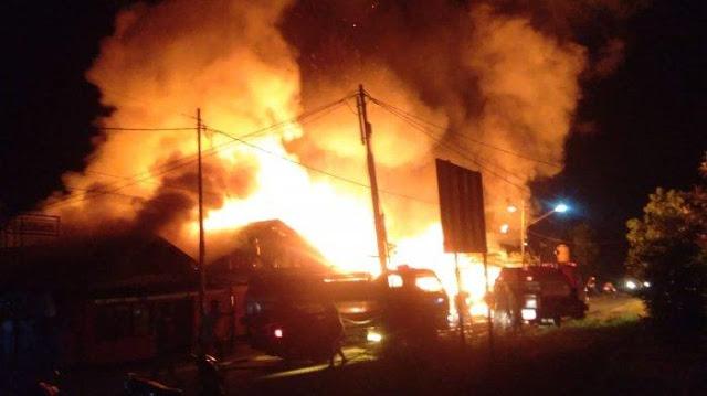 Kebakaran hebat terjadi di Jl. Rambai RT 01 RW 03 kawasan kampung Pelangi Kelurahan Guntung Paikat Kecamatan Banjarbaru Selatan, Kota Banjarbaru, Sabtu (23/2/2019) dinihari sekira pukul 02.00 Wita.