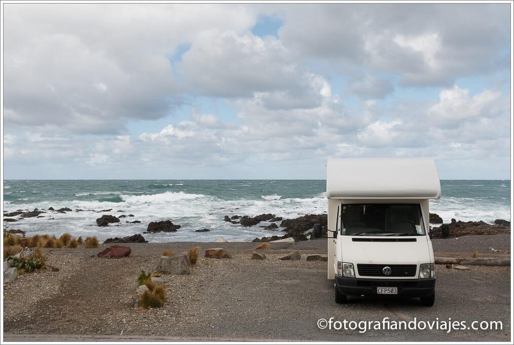 acampando en la playa en Nueva Zelanda