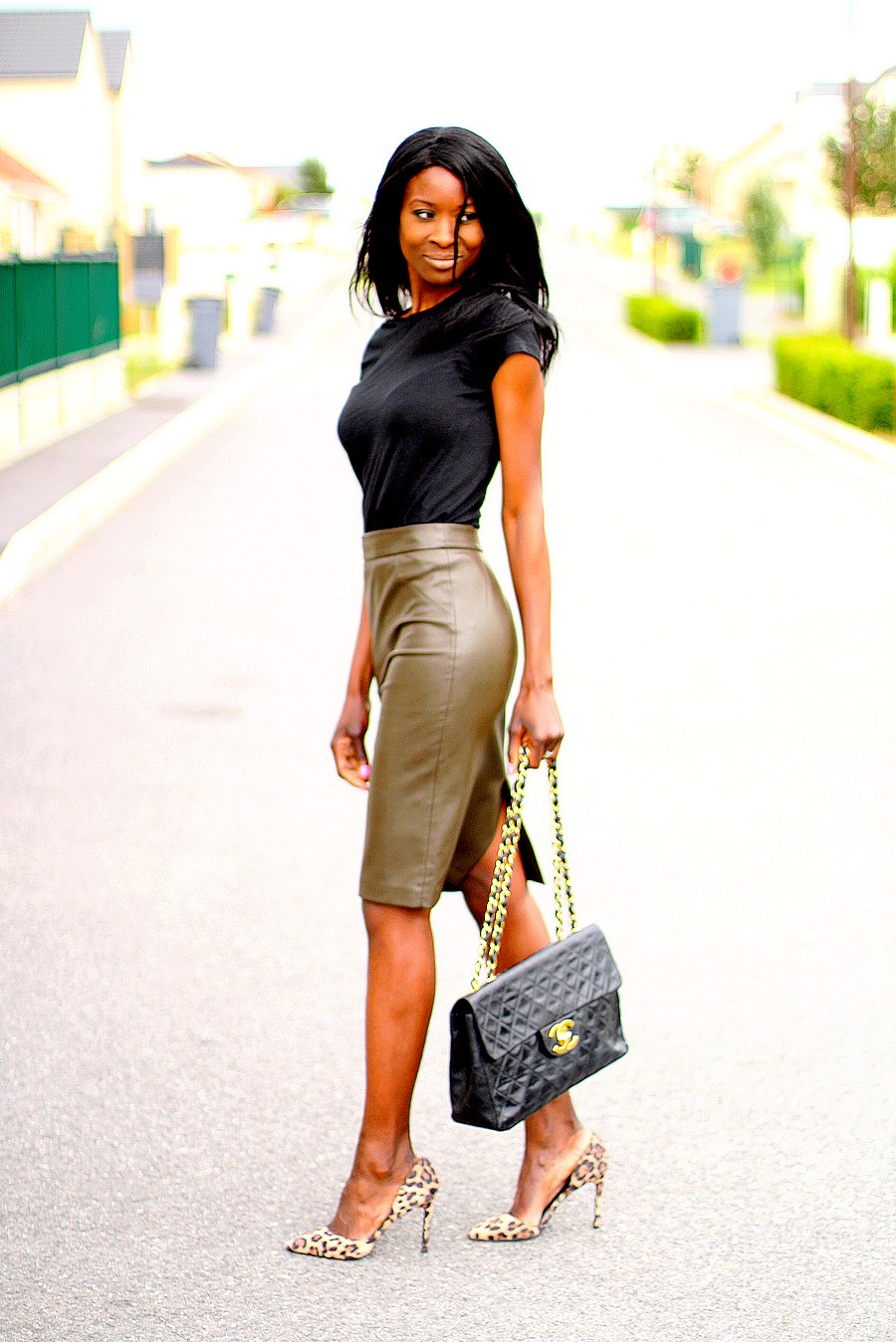jupe-taille-haute-cuir-sac-chanel-jumbo-xl-vintage-escarpins-leopard-assitan