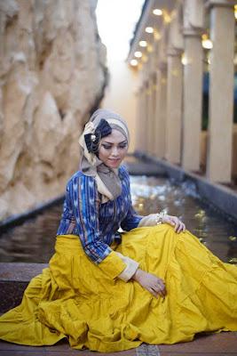 hunting foto model hijab cantik dengan gaya sendirian yang menarik