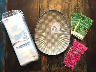 Osterresse ziehen: Man benötigt Gartenkresse, Baumwollwatte, ein Pflanzgefäß und Plastikblumen