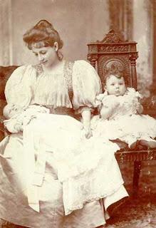 Η Πηνελόπη Δέλτα με τις δύο κόρες της (1897), φωτογραφία: Μουσείο Μπενάκη, Ιστορικά Αρχεία