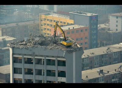 Utiliser une pelle méca pour la démolition en hauteur, pas forcément une bonne idée !