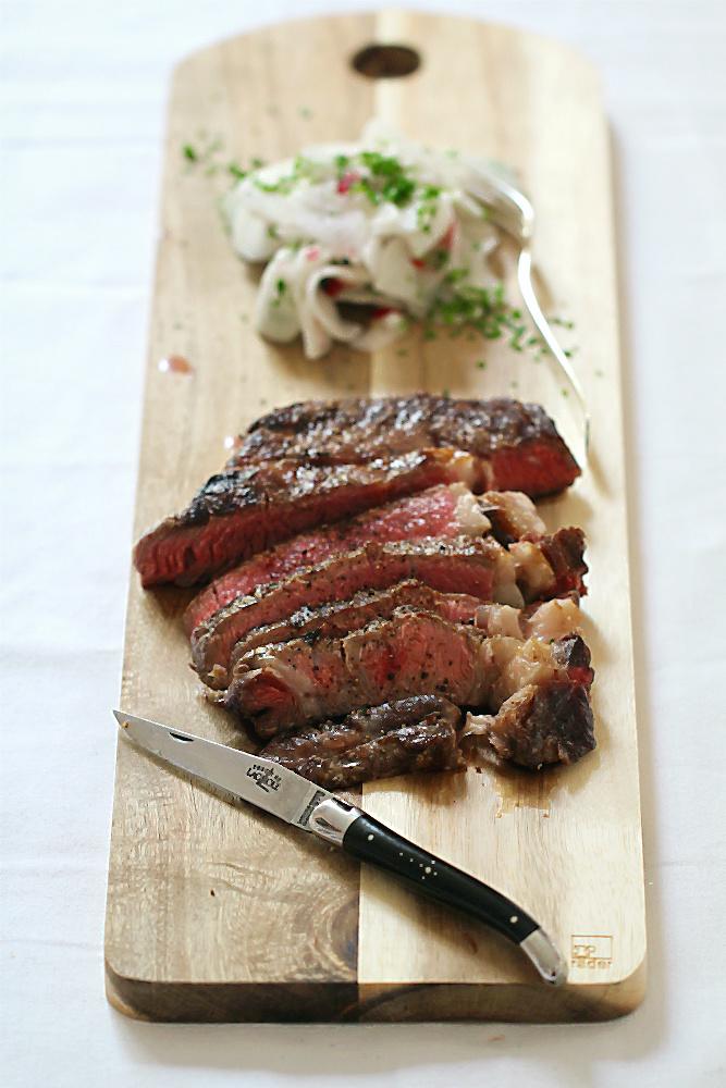 Steak und Salat mit Nirá aka Rettich (Radi) und Radieschen mit japanischem Schnittknoblauch | Arthurs Tochter kocht. von Astrid Paul