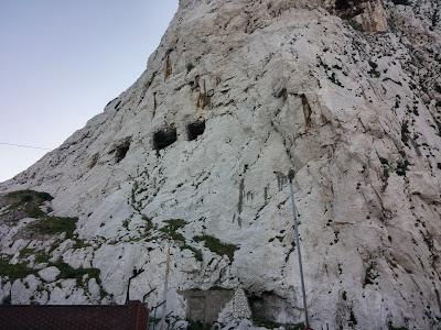 Jasknie i tunele na Gibraltarze. Jest tego bardzo dużo.