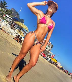 Laura Keller mostra curvas ao posar de biquíni na praia