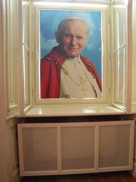 Okno Papieskie od strony wnętrz Pałacu Arcybiskupów Krakowskich.