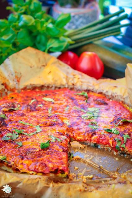 Zucchinitorte mit Tomatensoße und Käse