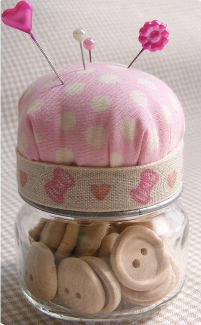 Buat Pincushion atau wadah alat-alat jahit dari toples bekas makanan bayi.