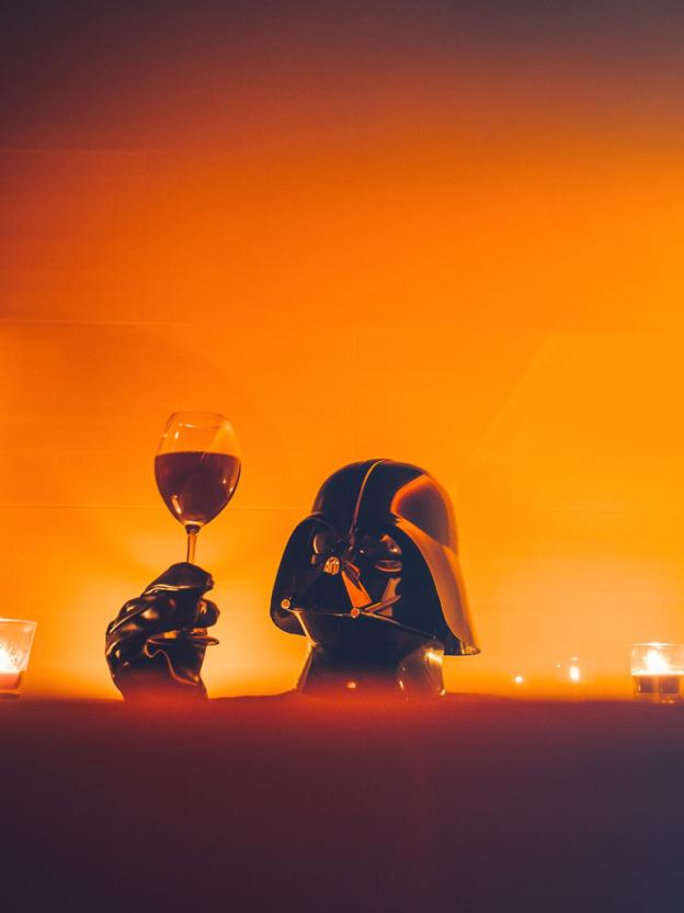 darth vader tomando vinho - Você já imaginou como seria o cotidiano de Darth Vader