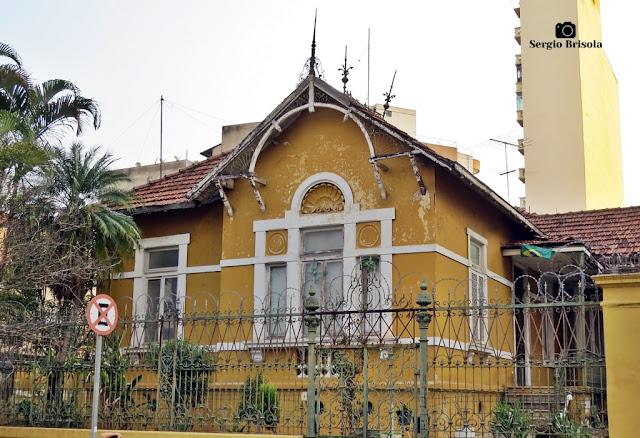 Vista ampla de uma antiga residência em estilo Chalé - Santa Cecília - São Paulo