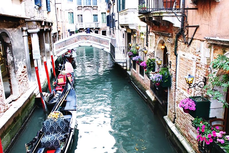 Kanali Venecije sa gondolama.