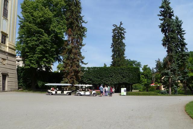 Kolejka turystyczna w Ogrodzie Pałacowym w Kromieryż