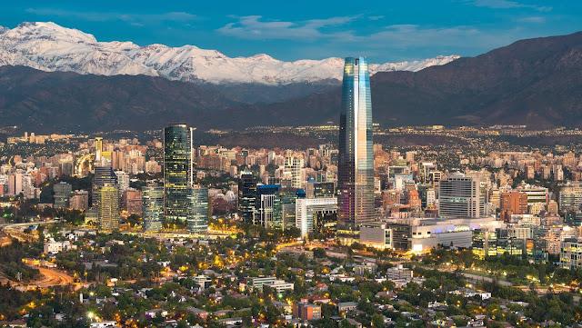 """Santiago de Chile hay còn gọi là Santiago, thành phố được thành lập từ thế kỷ 14 bởi người Tây Ban Nha và nay đã trở thành thủ đô của Chile. Đi du lịch Santiago, bạn không chỉ choáng ngợp bởi sự sầm uất của một thành phố hiện đại mà còn bất ngờ trước những công trình """"phế tích"""" cửa những tháng ngày thuộc địa. Santiago còn là trung tâm chính trị, văn hóa và kinh tế có tầm quan trọng về tài chính của Chile."""