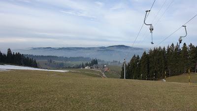 Skilift auf grüner Wiese
