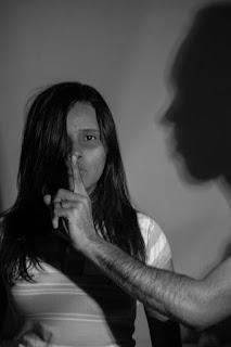 violencia abuso contra mulher estupro agressão ajuda reflexão socorro feminismo debate maria da penha adolesente estuprada 30 33 homens