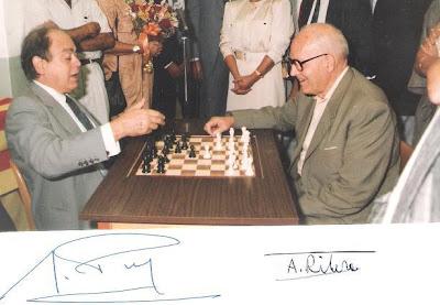 Ángel Ribera jugando al ajedrez con Jordi Pujol