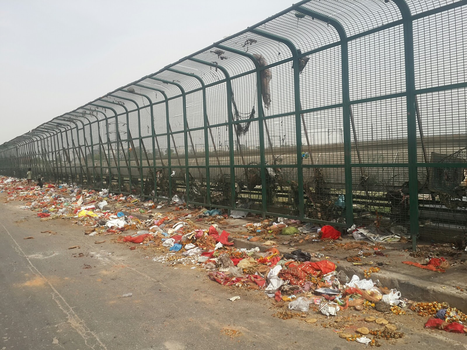 Image result for यमुना के आसपास हवन सामग्रीवफूल मालाएं फेंक दिए जाने से फिर फैल गंदगी