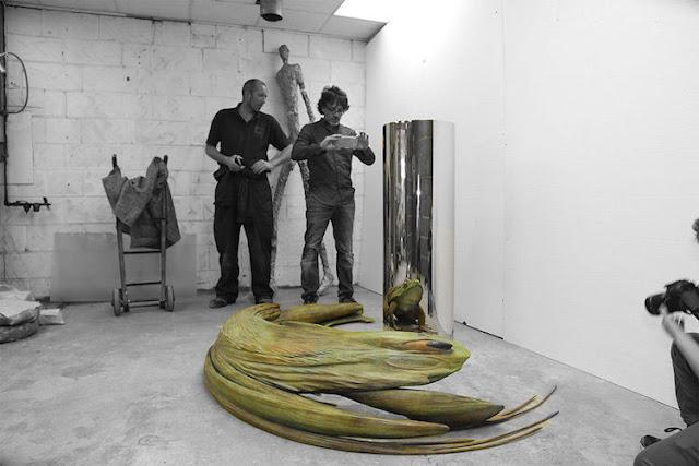 Extrañas esculturas anamórficas que toman forma solo con su reflejo