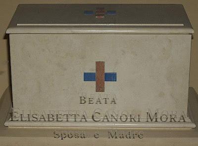 https://3.bp.blogspot.com/-FG-G3SRnjc0/Td2b2-LLbII/AAAAAAAACqw/U0SUuxASwU8/s400/Urna+com+os+restos+da+Beata%252C+igreja+de+San+Carlino%252C+Roma.jpg