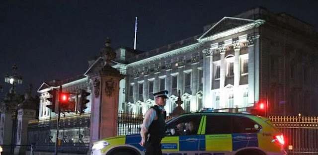 Attacker Injures Three Policemen Outside of Buckingham Palace
