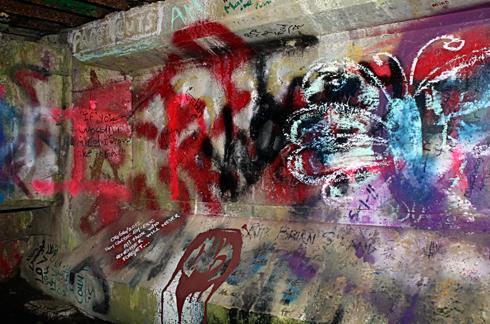 kurt cobain memorial bridge graffiti aberdeen hometown