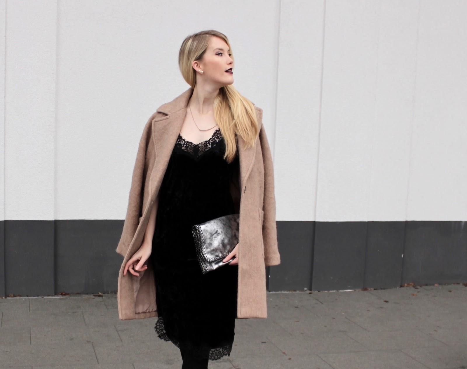 Silvester Outfit: Velvet dress Samtkleid mit Camel coat Fashionblog Stuttgart www.theblondelion.com