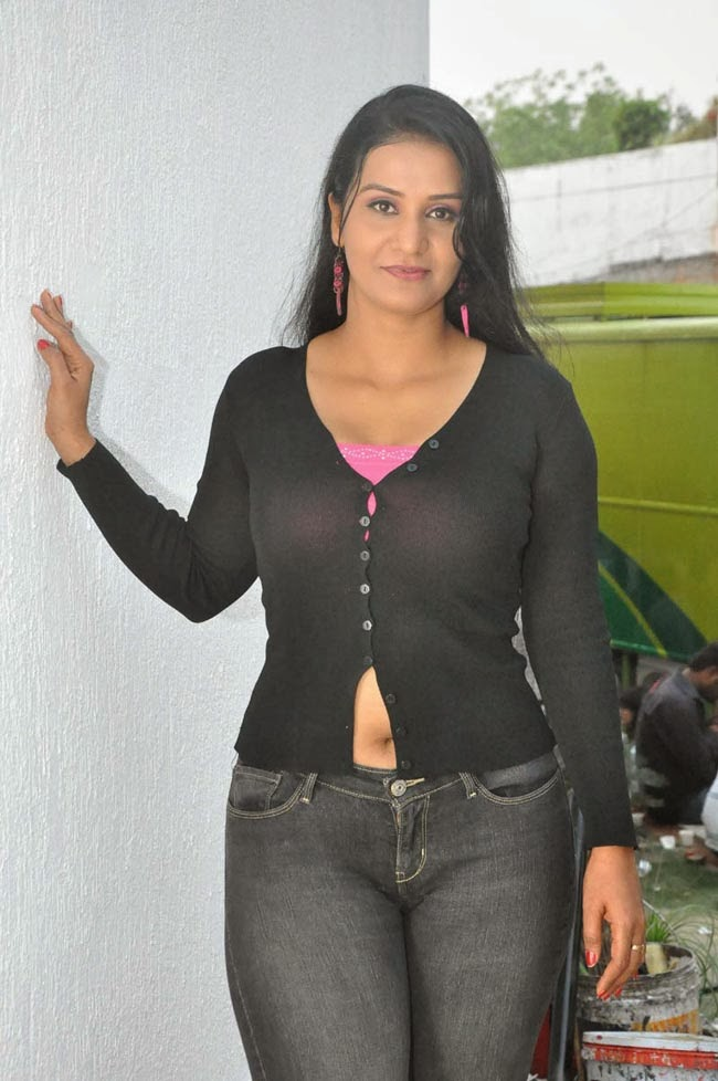 Apoorva Aunty Hot And Spicy Navel Show In Tight Jeans