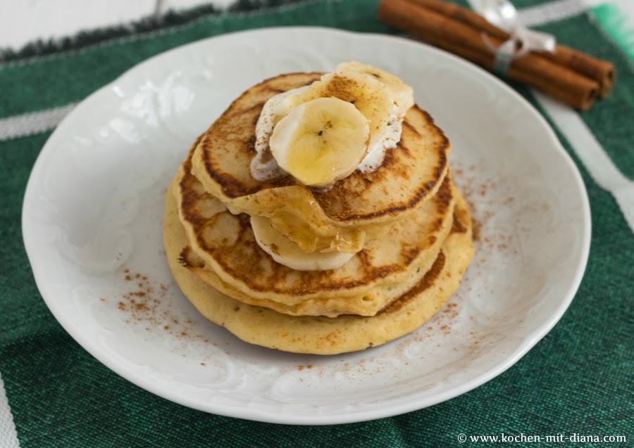 Amerikanische Pfannkuchen mit Zimt und Banane