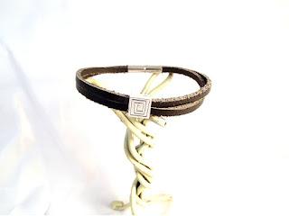 Vue générale du bracelet cuir noir décoré d'un motif spirale