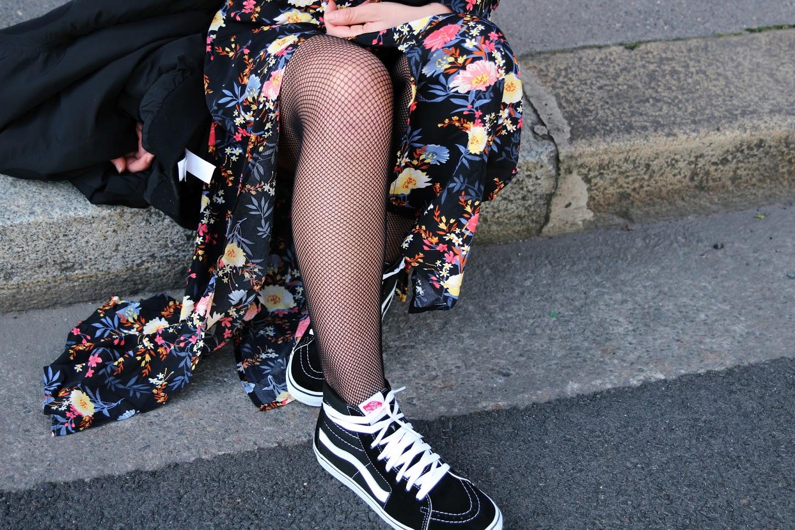 VANS SK8-HI , robe fleurs Boohoo , vans old skool noir , collant résille