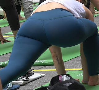 Rubia calzas haciendo yoga trasero