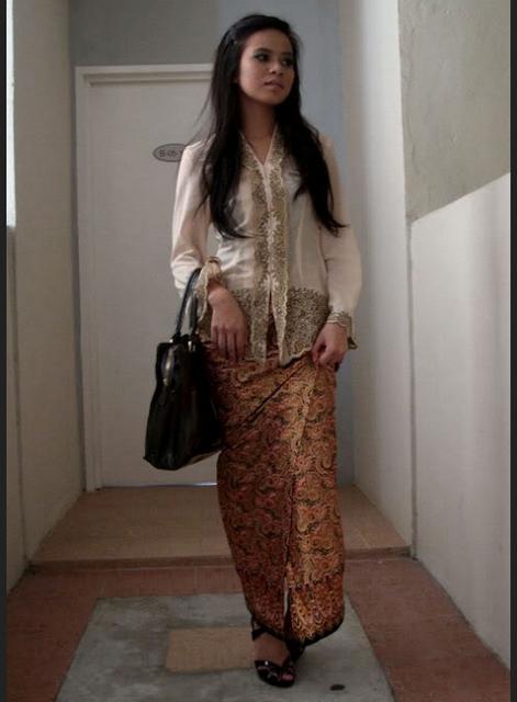 Model rok batik dengan lipatan depan