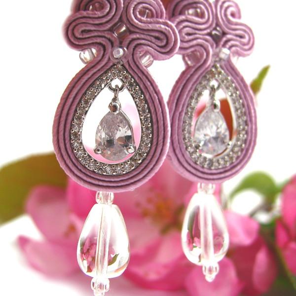 Ażurowe kolczyki ślubne sutasz w kolorze pastelowego różu.