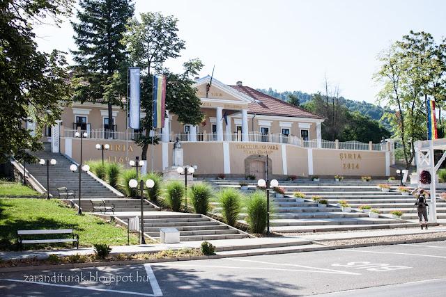 A Bohus kastély dór oszlopos bejárata és az előtte lévő tér