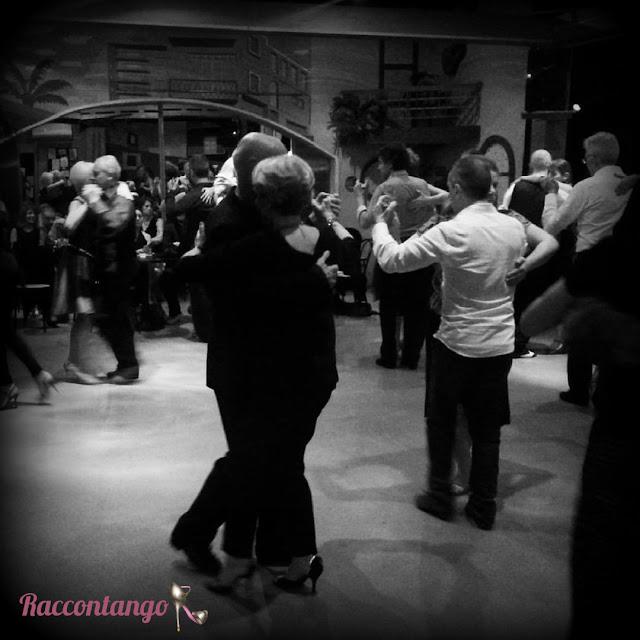 Una bella serata di tango sociale al Contatto Club: abbracci e sorrisi.