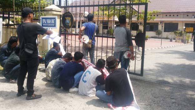 Mahasiswa yang menggelar aksi demonstrasi di kantor Disdik Tanjungbalai.