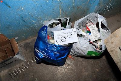 Домрачев Никита! Потомственный лыжник-архитектор должен знать, что мусор выбрасывается в мусоропровод или специальные контейнеры! Для уборщицы: претензии в 31 квартиру