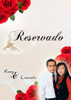 Tarjeta de Reservación de Mesa para Invitados a Boda Elegante y Novedosa Roja con Rosas Rojas Personalizada con Fotografía